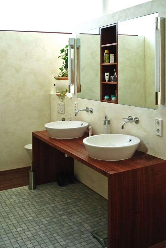 Waschtisch und Spiegelregal