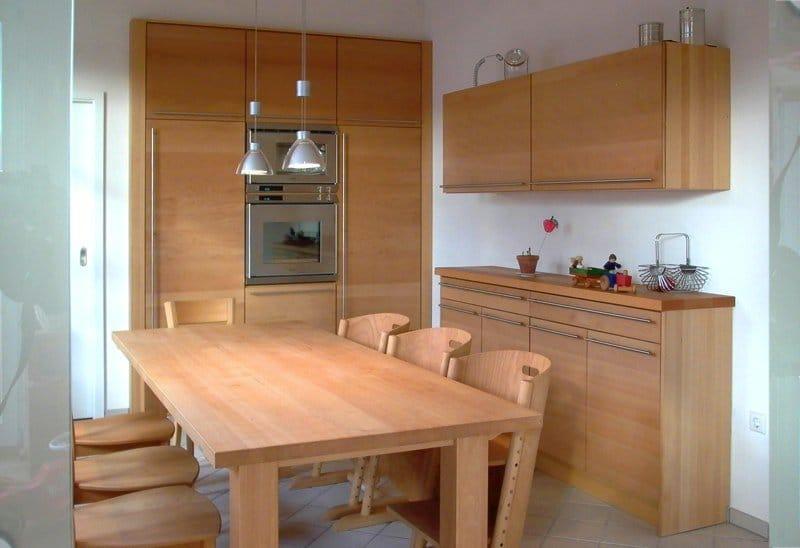 Hochschränke (Nischeneinbau), Anrichte und Tisch in Buche