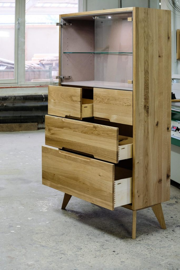 Highboard mit Vitrineneinsatz
