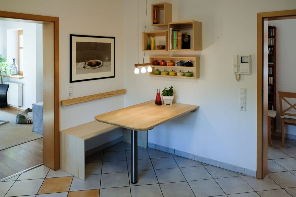 Sitzgruppe (Tisch, Bank, Regale)