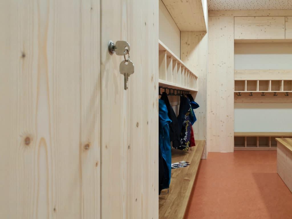 KiTa-Garderobe mit verschließbaren Schränken