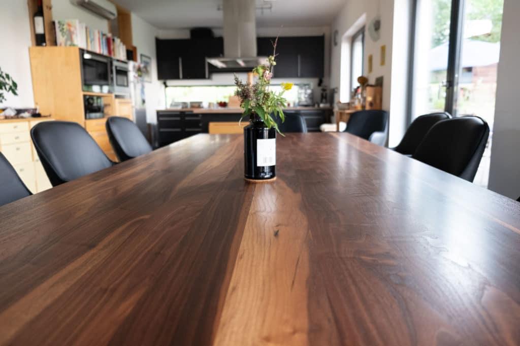 Tisch aus massivem Nussbaum