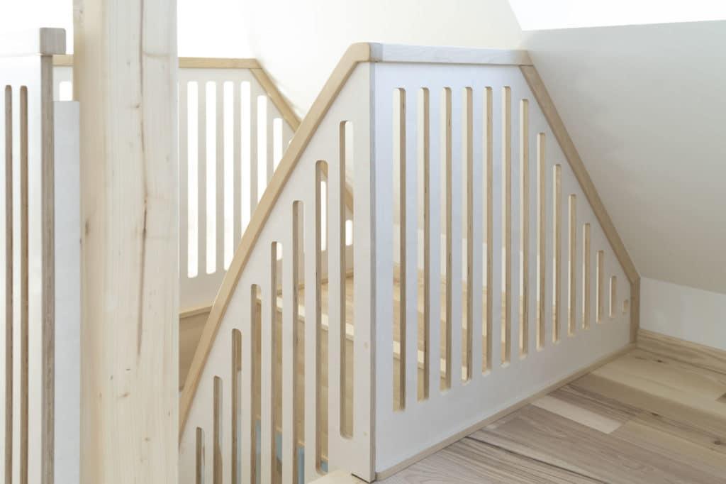 Brüstungsgeländer aus weiß lasiertem Multiplex und Birke Massivholz geölt