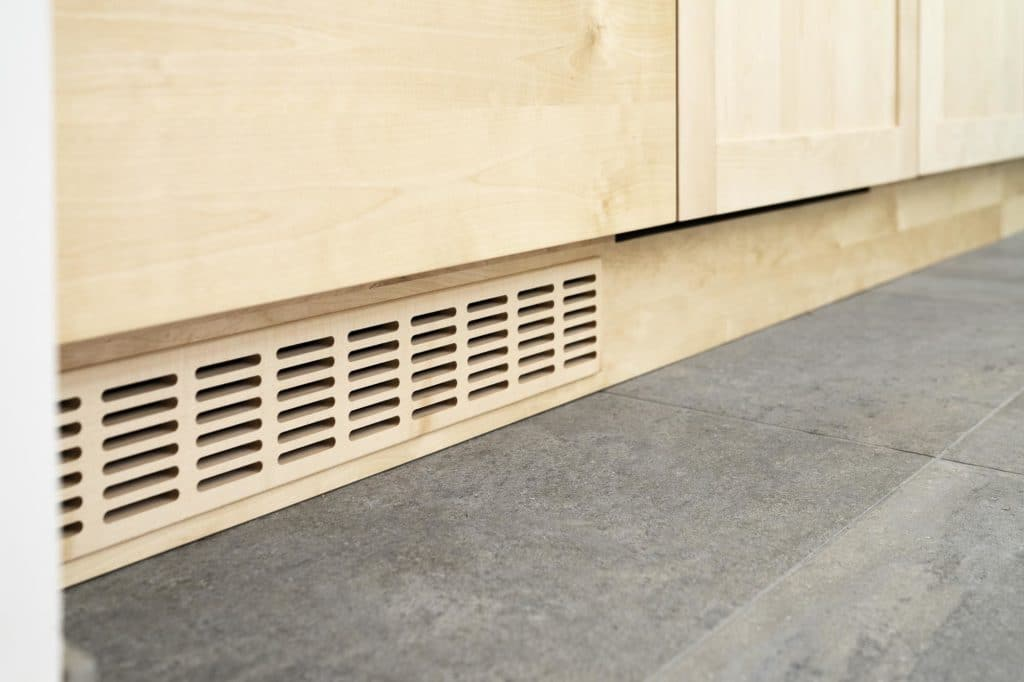 Kühlschrank-Lüftung in Birke-Massivholzküche
