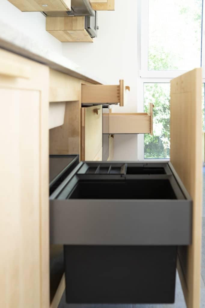 Müllauszug und Holz-Schubkästen in Birke-Küche
