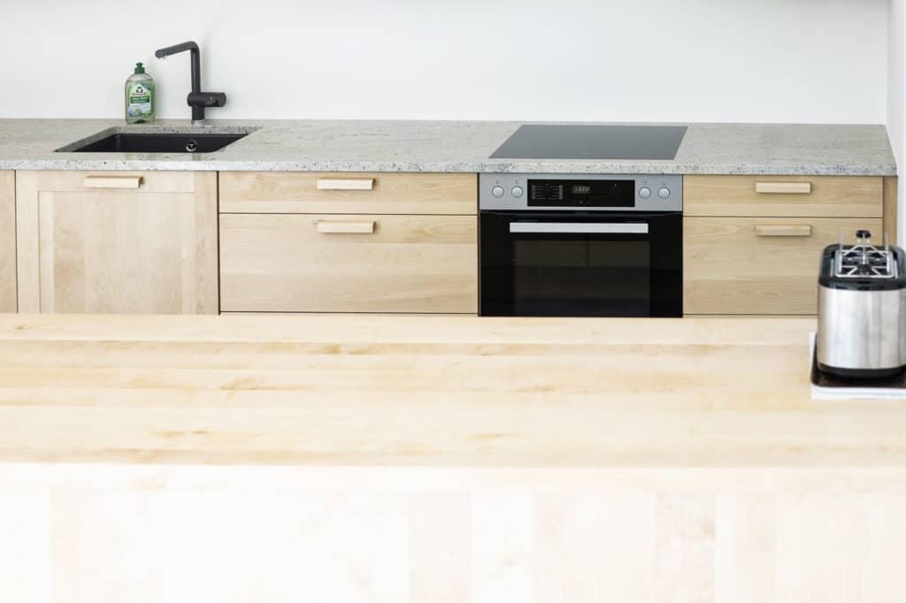 Massviholzküche, Birke, mit Granitarbeitsplatte