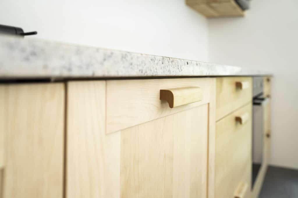 Massviholzküche, Birke, mit Rahmen-Füllungs-Fronten