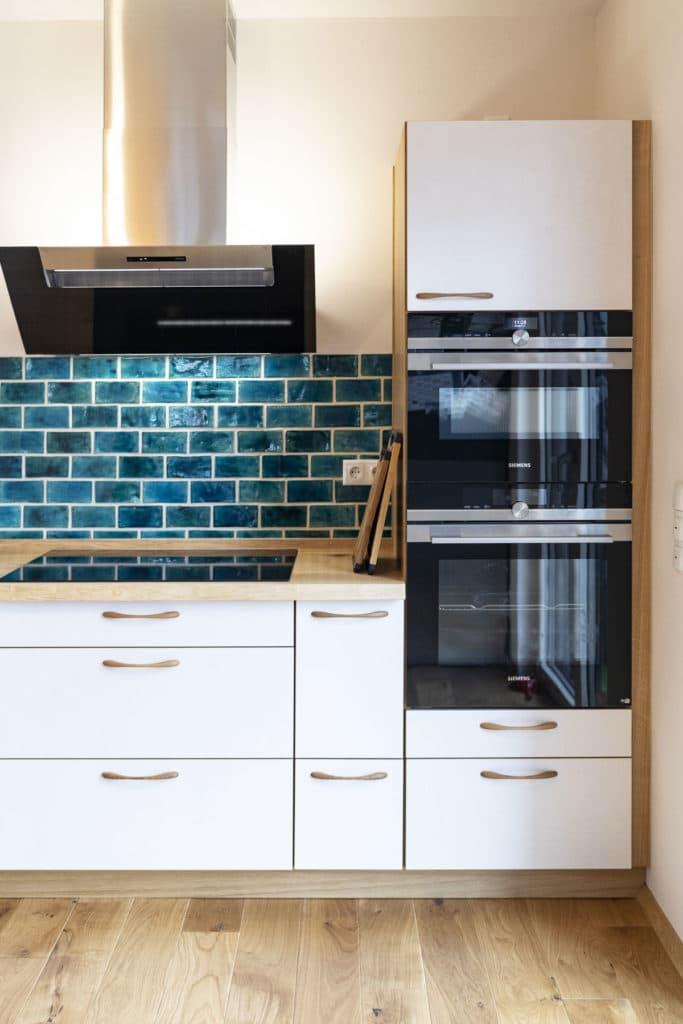 Küche mit weiß lasierten Multiplex-Fronten Arbeitsplatte und Korpusse aus Eiche geölt