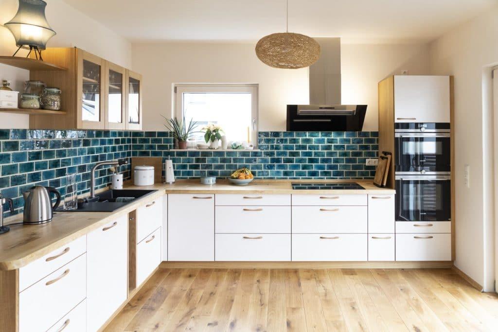 Küche aus Eiche Massivholz mit weiß lasierten Multiplexfronten